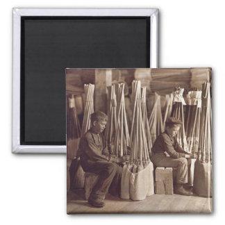 Muchachos que embalan a Brooms, 1908 Imán Cuadrado