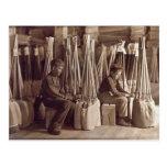 Muchachos que embalan a Brooms, 1908 Postal