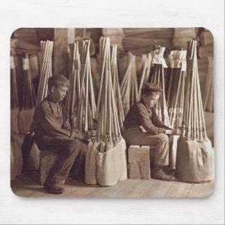 Muchachos que embalan a Brooms, 1908 Tapete De Ratón
