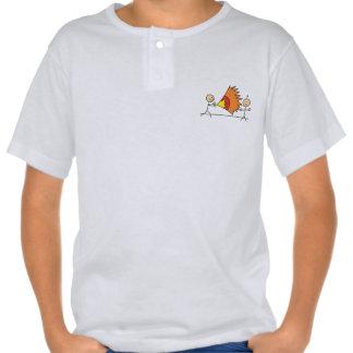 Muchachos que juegan a juegos de diversión de los t shirts