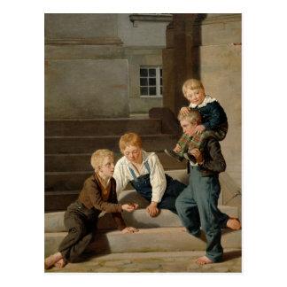 Muchachos que juegan dados delante de postales