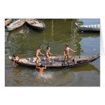 Muchachos que juegan en el lago felicitación
