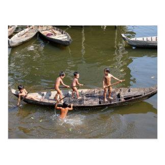 Muchachos que juegan en el lago tarjeta postal