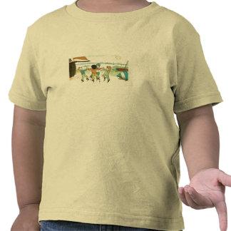 Muchachos que juegan en la costa camiseta