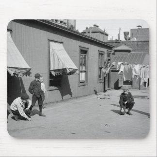 Muchachos que juegan los mármoles 1900s tempranos tapete de ratón