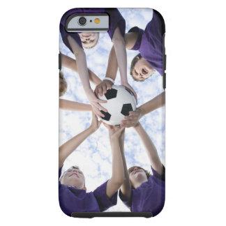 Muchachos que sostienen el balón de fútbol en funda de iPhone 6 tough