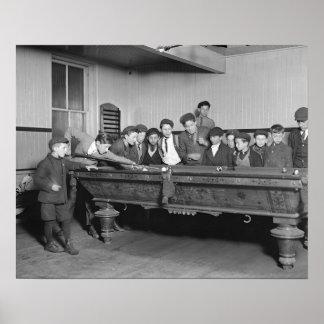 Muchachos que tiran a Pool, 1909. Foto del vintage Póster