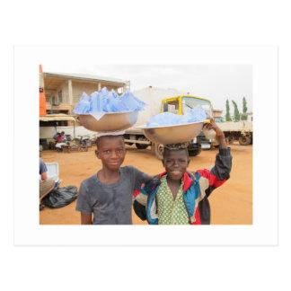 Muchachos que venden las bolsitas de agua en Ghana Postales