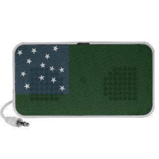 Muchachos verdes de la montaña y la bandera de la  altavoz