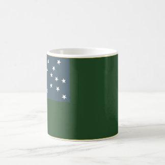 Muchachos verdes de la montaña y la bandera de la taza de café