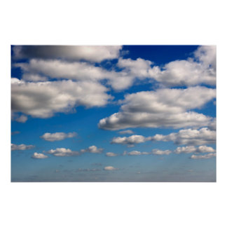 muchas nubes mullidas blancas póster