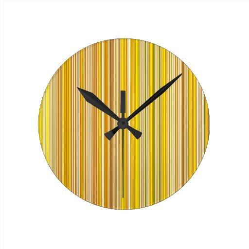Muchas tiras multicolores en el modelo anaranjado reloj de pared