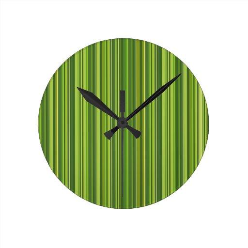 Muchas tiras multicolores en el modelo verde relojes de pared