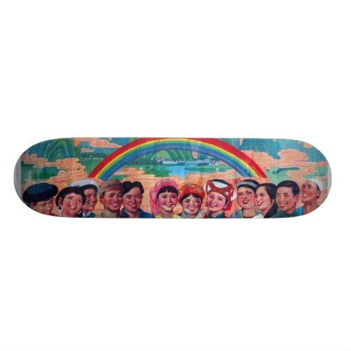 Muchedumbre con el arco iris tablas de patinar