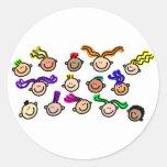 Muchedumbre de niños pegatina redonda