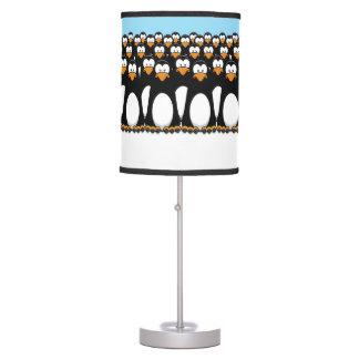 Muchedumbre de pingüinos divertidos del dibujo ani lámpara de mesa