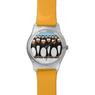 Muchedumbre de pingüinos divertidos del dibujo ani relojes de pulsera