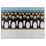 Muchedumbre de pingüinos divertidos del dibujo tablas para cortar