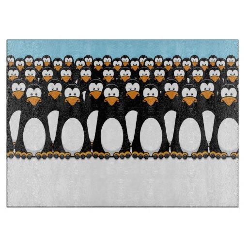 Muchedumbre de pingüinos divertidos del dibujo tabla para cortar