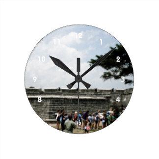 Muchedumbre del fuerte de St Augustine granosa Reloj Redondo Mediano