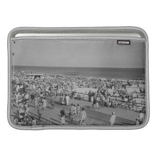 Muchedumbre en la playa fundas MacBook