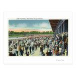 Muchedumbres en el circuito de carreras y el club postales
