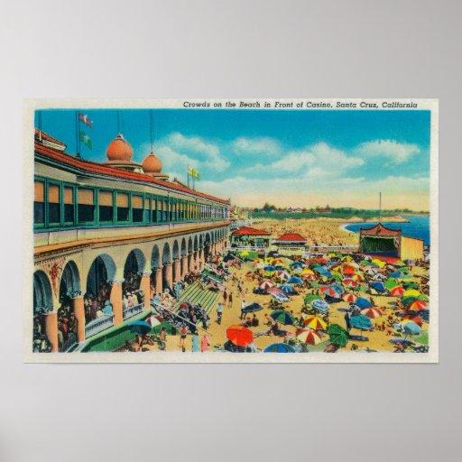 Muchedumbres en la playa delante del casino póster