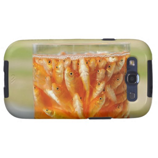 Mucho goldfish que están en el envase de cristal galaxy SIII coberturas