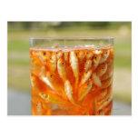 Mucho goldfish que están en el envase de cristal tarjeta postal