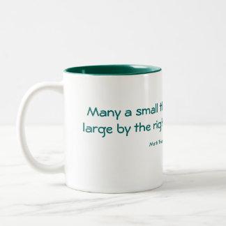 Mucho una pequeña cosa… taza de dos tonos