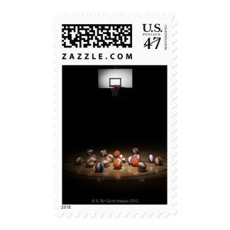 Muchos baloncestos que descansan sobre el piso estampilla