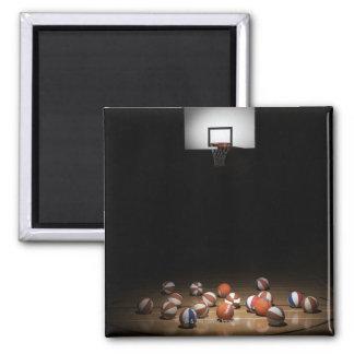 Muchos baloncestos que descansan sobre el piso imán cuadrado