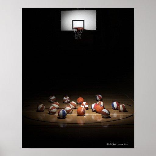 Muchos baloncestos que descansan sobre el piso posters
