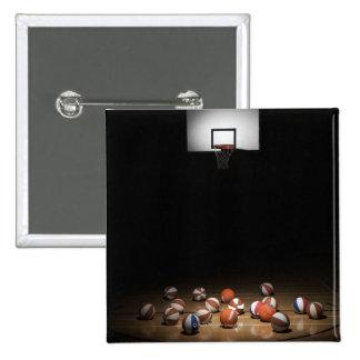 Muchos baloncestos que descansan sobre el piso pin cuadrado