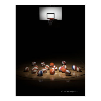 Muchos baloncestos que descansan sobre el piso tarjeta postal