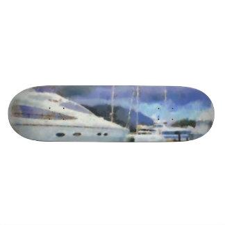 Muchos barcos en un embarcadero skateboards