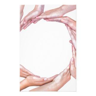 Muchos brazos de niños con las manos que hacen papeleria de diseño
