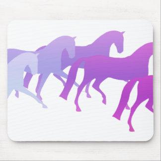 Muchos caballos púrpuras alfombrillas de raton