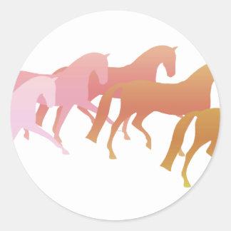 Muchos caballos rosa al moho etiqueta