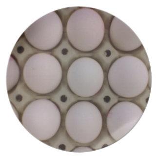 Muchos huevos platos de comidas
