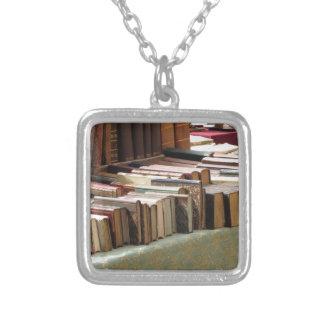 Muchos libros de la segunda mano en el mercado collar plateado