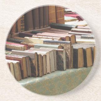Muchos libros de la segunda mano en el mercado posavasos de arenisca