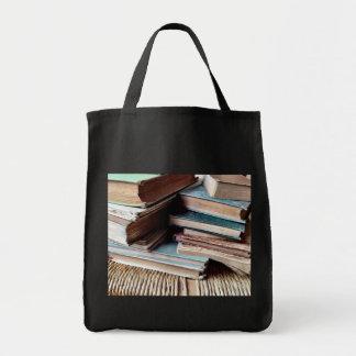 Muchos libros en una bolsa de asas vieja del ultra
