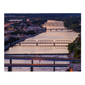 Muchos puentes atraviesan el río magnífico, postal