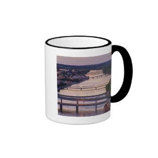 Muchos puentes atraviesan el río magnífico, taza de café