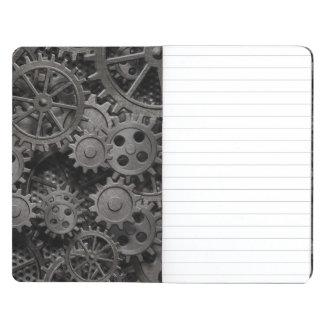 Muchos viejos engranajes del metal o piezas cuaderno grapado