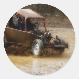 Mudding en un coche de playa pegatina redonda