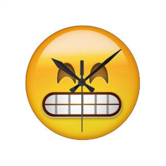 Mueca de la cara con los ojos sonrientes Emoji Reloj De Pared