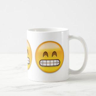 Mueca de la cara con los ojos sonrientes Emoji Taza Básica Blanca