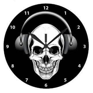 Mueca del cráneo con el reloj de los auriculares